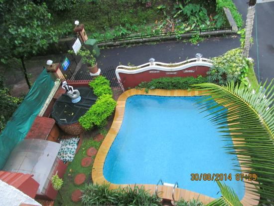 Renzo's Inn: Pool area of the hotel