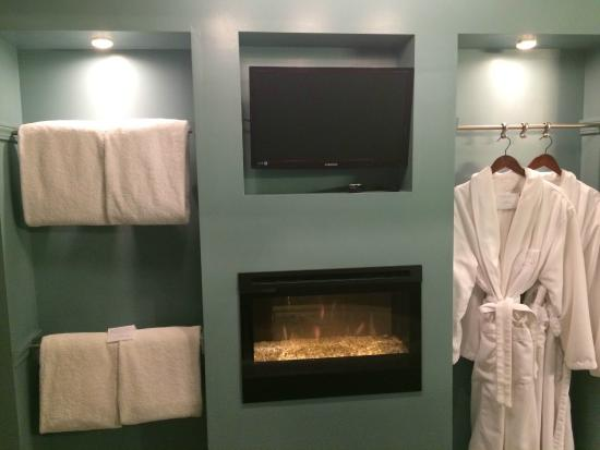 Allegan, MI: Camelot Suite...View from the whirlpool tub...fireplace and TV!