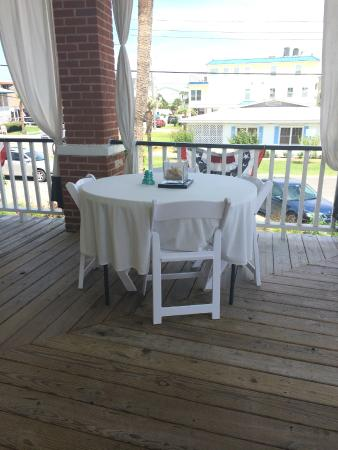 Hotel Beachview Bed and Breakfast: Adorable tables to eat breakfast at!