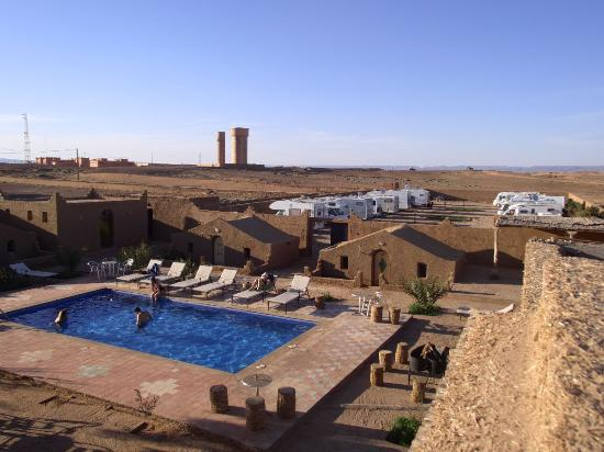 Hotel Kasbah Sahara Services: Hotel-Pool mit Campingplatz