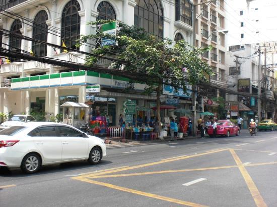 De Arni Bangkok: ホテル真向いのコンビニ