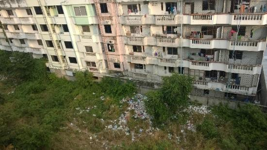 The New Eurostar Jomtien Beach Hotel & Spa: People living here are throwing garbage out of window