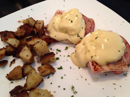 Marco's Grill & Deli: Eggs Benedict.... So yummy!!!