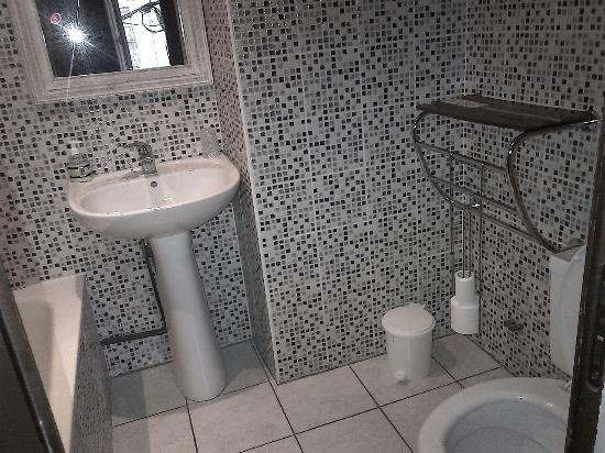 Hotel des Barris: salle de bain