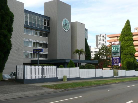 Parramatta City Motel: Street view of the motel