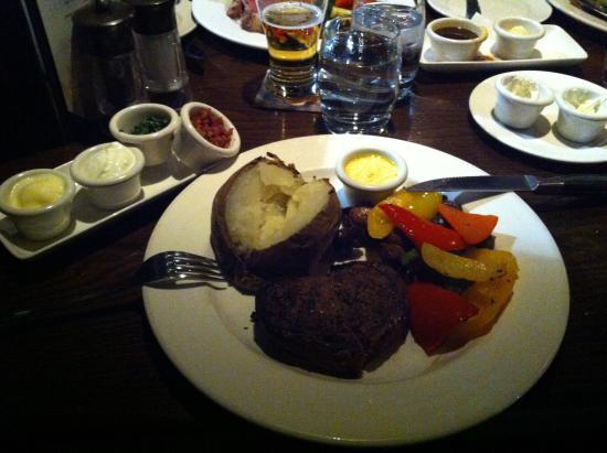 The Keg Steakhouse + Bar Kingston: Carne con patata arrosto, peperoni e salsine