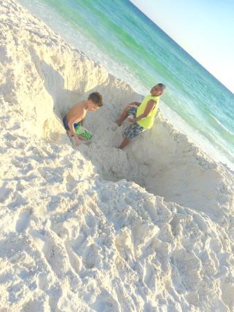 Hampton Inn Ft. Walton Beach : Digging in the sand!