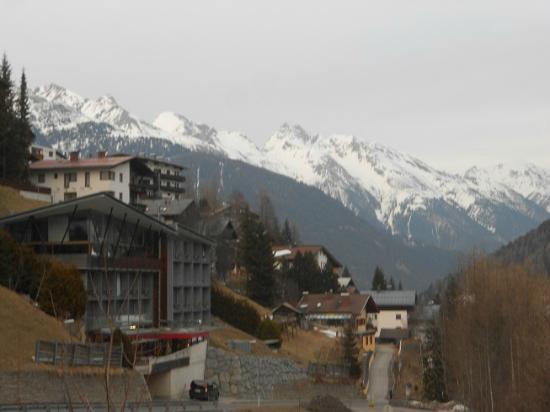 Hotel Lux Alpinae: Blick auf das Lux Alpinae im Vordergrund links