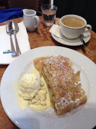 Cafe Einstein: アップルケーキ