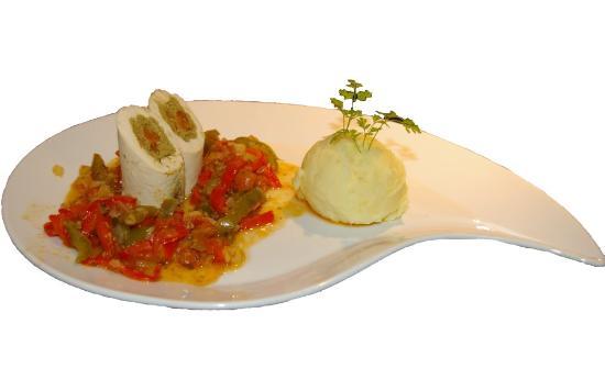 La Cognee: Filet de poulet à la tapenade verte et tomate, légumes du soleil.