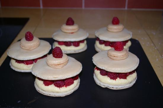 La Cognee: Un exemple de dessert  macaron, crème mousseline et framboises
