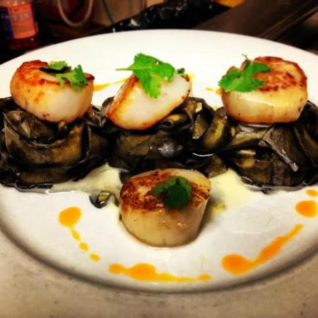Sonoma Bistro & WineBar: Seared Scallops over Squid Ink Pasta