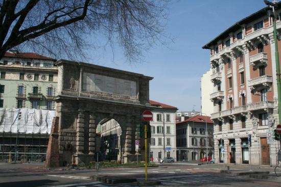 Antiche mura e nuovi palazzi foto di arco di porta - Autoscuola porta romana milano ...