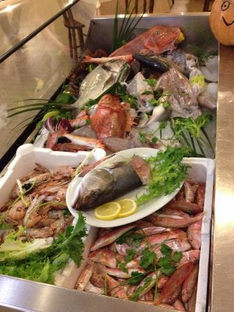 Pietro il Pescatore : La vetrina del pesce fresco pescato :)