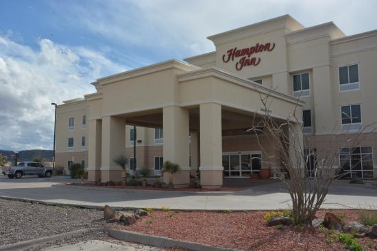 Hampton Inn Alpine: The hotel from the front.