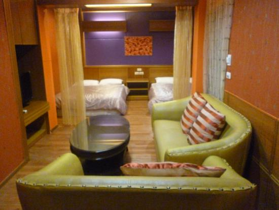 Hotel Honeymoon: Room