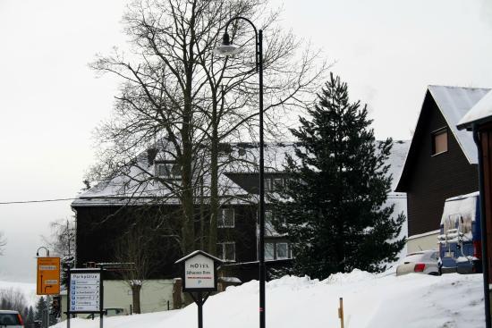 Hotel Schwarzes Ross: von der Hauptstrasse...