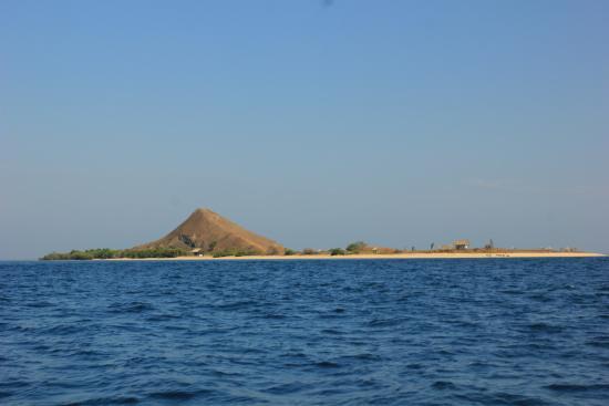Сумбава, Индонезия: Pulau Kenawa dari atas Kapal Ferry, terlihat seperti seekor tikus.