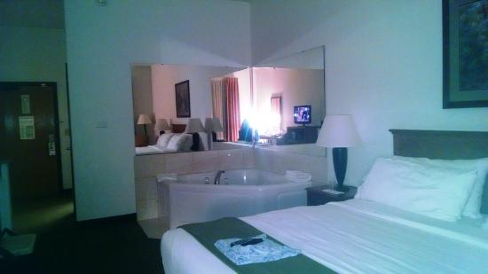 Holiday Inn Express Hotel & Suites Rockford - Loves Park: In room jacuzzi