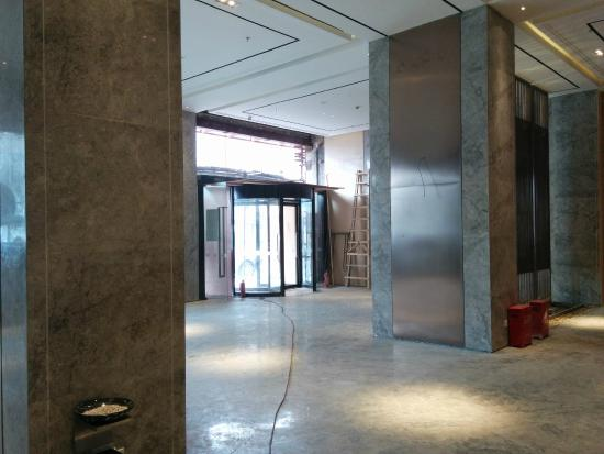 Ji Hotel Shanghai Lujiazui Pudong South Road: View from the lobby to the entrance