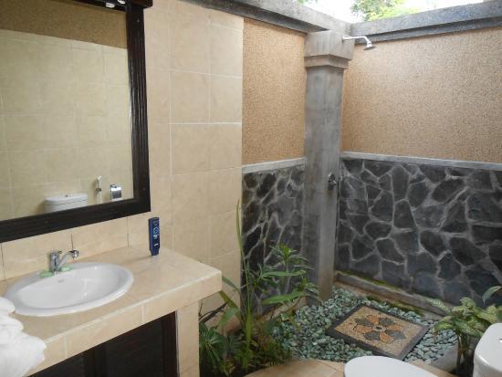 Das Badezimmer mit offener Dusche - Bild von Pondok Lebih Homestay ...