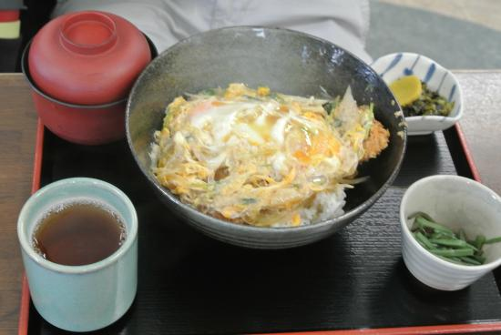 katsudon - bowl of rice topped with pork cutlet and egg - Foto di ...