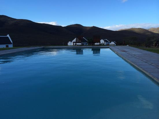 African Game Lodge: Swimming pool and chalets