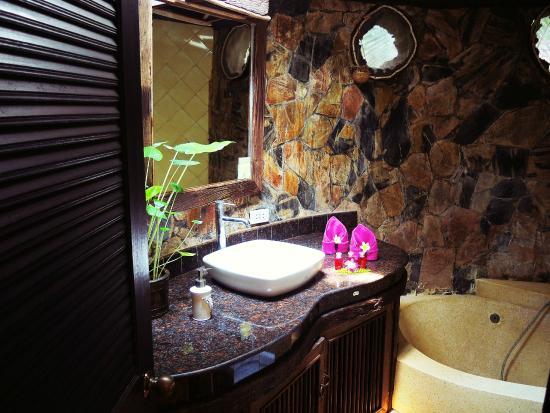 Polina Park Hotel: Cozy bathroom in the villa Benjamaporn