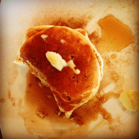 Port Albert Cafe and Wine Bar: Delicious pancakes with cinnamon and maple syrup