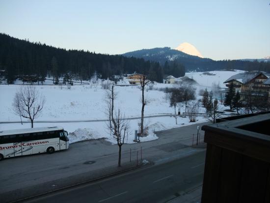 Hotel Cristallago: View over frozen lake