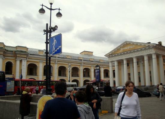La galería Gostiny Dvor.y el Pórtico de Rusca (derecha).