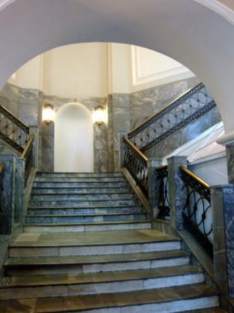 Gostiny Dvor: Una de las escaleras que suben al piso superior.