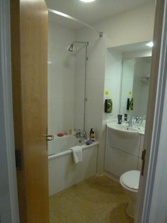 Bathroom picture of premier inn evesham hotel evesham tripadvisor Premiere bathroom design reviews