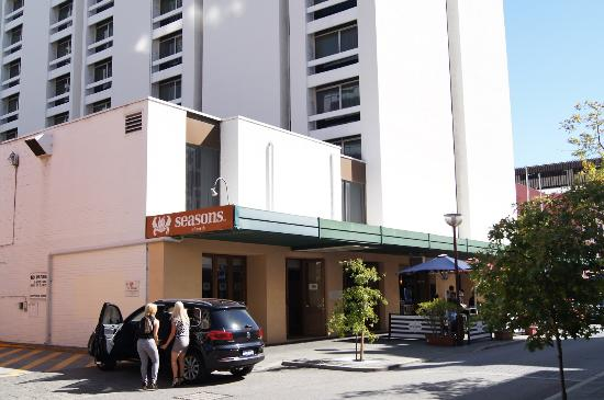 Seasons of Perth: Widok Hotelu z zewnątrz...