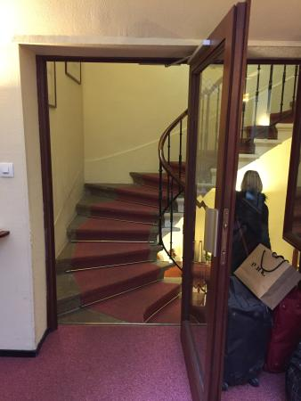 Elysee Hotel: Escalier intérieur