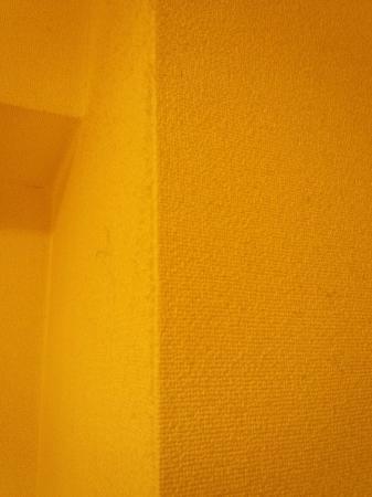 Chisun Hotel Hamamatsucho: 入り口とベッド。ユニットバス。壁には無数の綿ゴミが。あちこち。掃除がだめ。