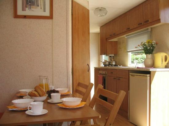 Camping Eden: SunHatFrance Mobile Home Traditional Dining Area & Kitchen