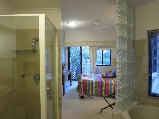 ميرا تشانا: Roomy main bedroom and ensuite.