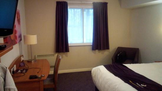 Premier Inn Norwich West (Showground/A47) Hotel: Room looking towards window. Lots of space