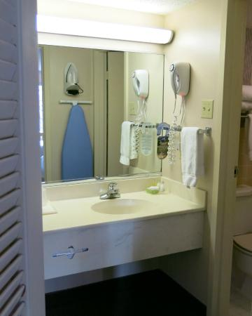Cabot Lodge: Bath room sink area