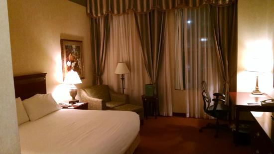 Hampton Inn Indianapolis Downtown Across from Circle Centre : Large room with high ceilings