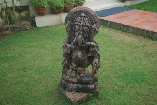 Hotel Gandhara: idol at hotel ground