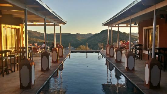 River Crossing Lodge: Piscina com belo visual - pool with a beautiful view