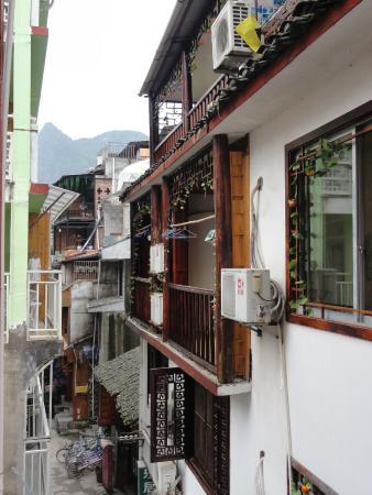 Bamboo House: балкон напротив