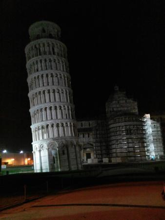 foto de même la nuit elle penche Picture of Torre di Pisa