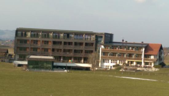 Hotel Kaufmann: Blick vom oberen Wanderweg aufs Hotel