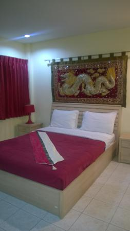 Oasis Guesthouse & Bar: Large double room with a bay window