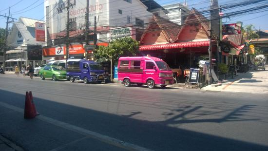 Oasis Guesthouse & Bar: Tuk tuk's, restaurant's, bars and shops in the area
