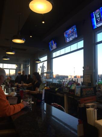The Pointe Bar and Grill: Awesome Bar