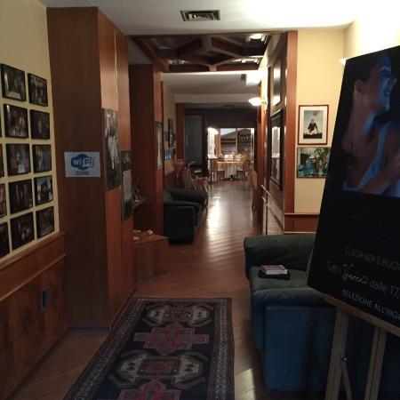 Brianteo Hotel & Restaurant: Corridor to dining room